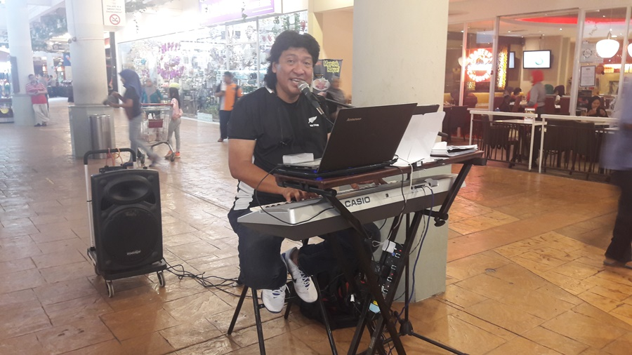Penyanyi Roy 'Ratnaku' Kini Busking Di Jusco AU2