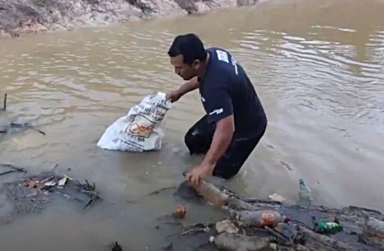 Guru Yang Sukarela Bersihkan Sungai Balun Terkejut Diberikan Warkah Penghargaan Oleh Sultan Perak